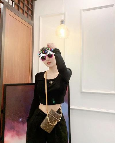 Nữ ca sĩ mạnh tay chi hơn 37 triệu đồng để tậu mẫu túi có dáng như một chiếc hộp, rất độc đáo và mới mẻ cũng. Túi Louis Vuitton độc lạ được kết hợp với bộ cánh Prada đen giúp cô nàng trông sang chảnh và thời thượng hơn.