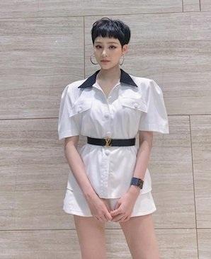 Cô cũng sở hữu chiếc thắt lưng hơn 12 triệu đồng của Louis Vuitton và nhận được nhiều lời khen sành điệu. Tuy nhiên, một số fan hâm mộ đã phát hiện ra cô đeo ngược chiếc thắt lưng sang chảnh.