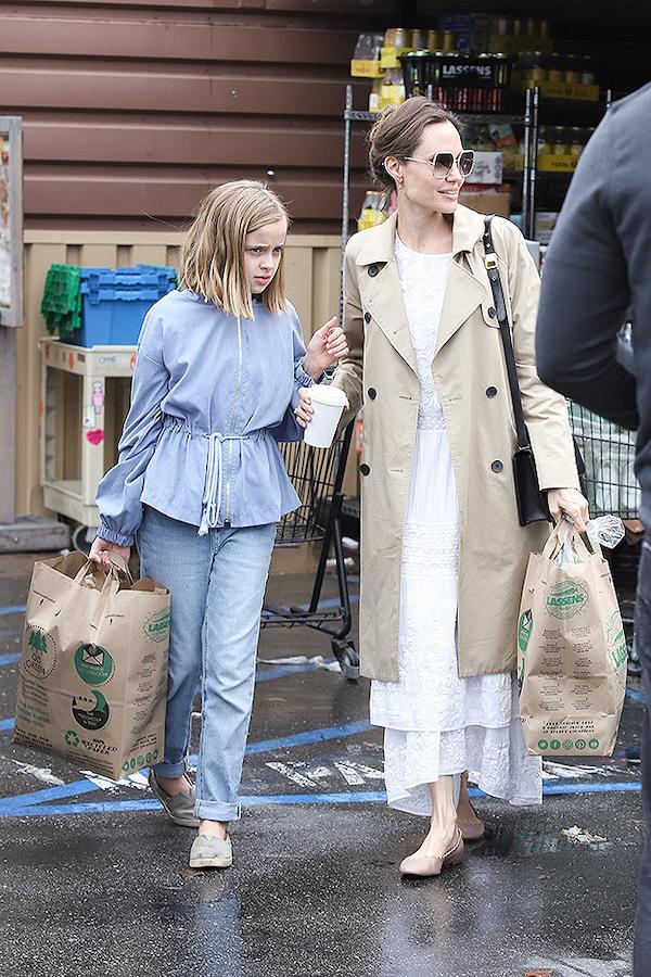Angelina Jolie và con gái 11 tuổi đi mua sắm dự trữ cho mùa dịch.