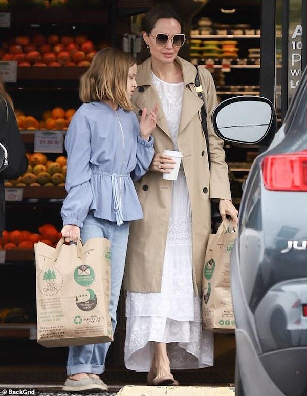 Giữa dịch bệnh Covid-19, Angelina Jolie dẫn con gái đi mua đồ dự trữ 3