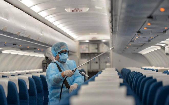 Ảnh phun khử khuẩn trên máy bay Vietnam Airlines.