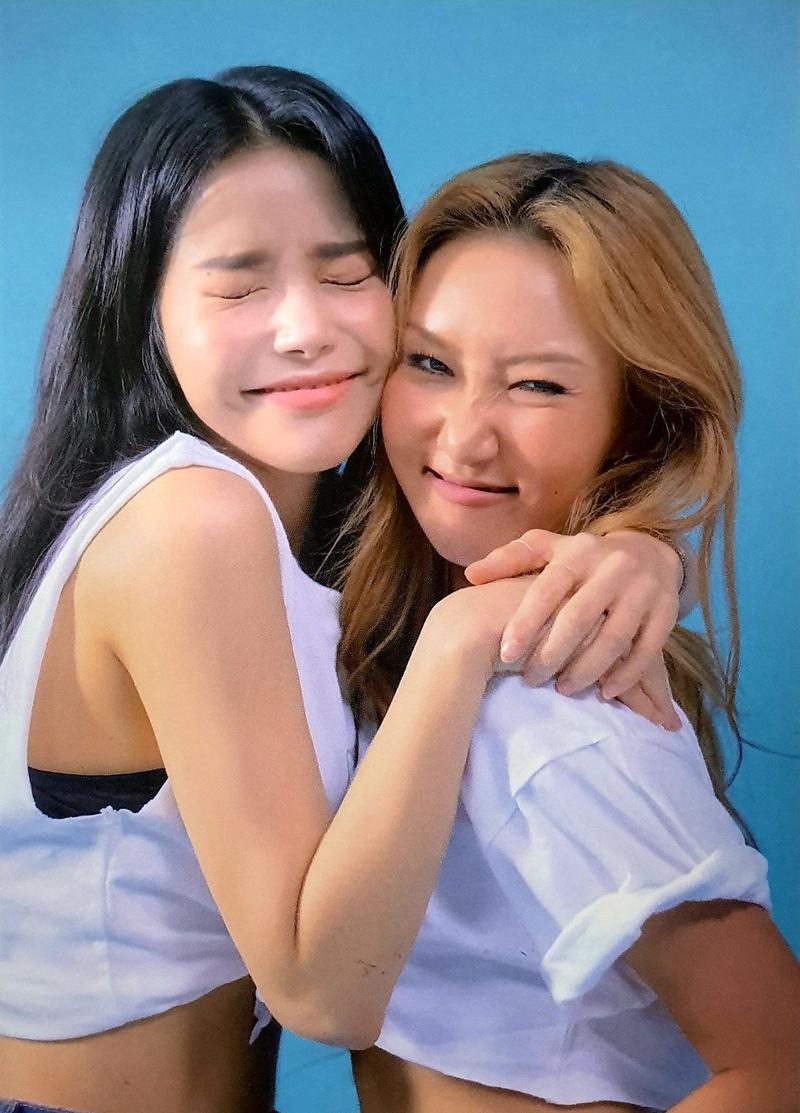 Cả hai cô gái đã ôm nhau và khóc. Hwasa nói rằng họ đã thấu hiểu nhau.