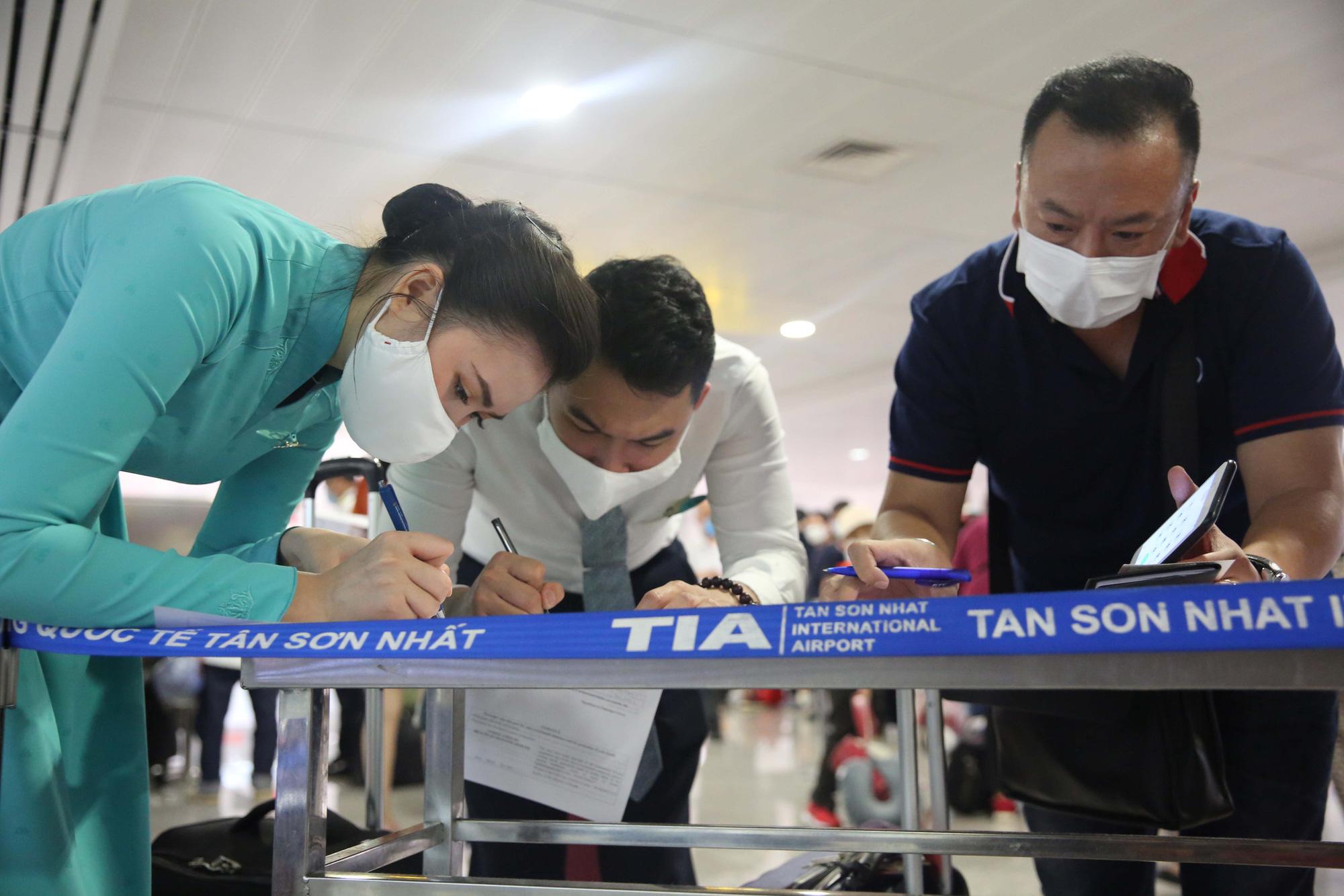 Hướng dẫn viên VNA thực hiện khai báo y tế