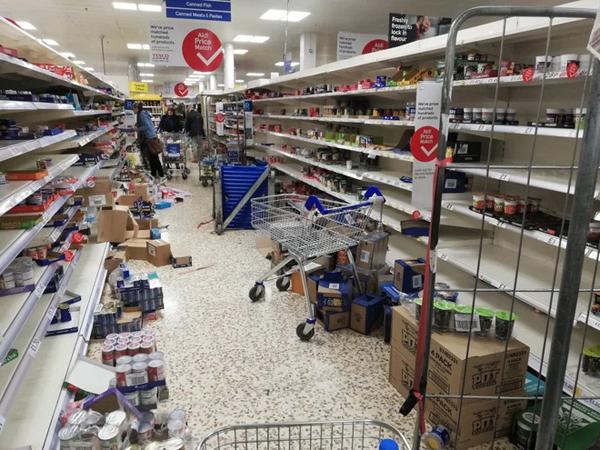 Tình trạng hỗn loạn, tranh giành hàng hóa diễn ra ở nhiều siêu thị khi tình hình dịch bệnh ngày càng căng thẳng. (Ảnh: The Sun)