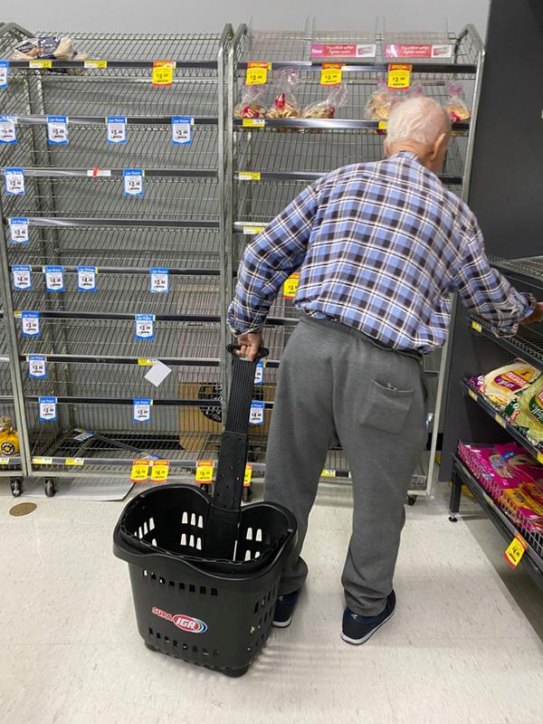 Nhiều người già không thể mua sắmvì tình trạng tích trữ hàng hóa từ bộ phận lớn người dân trước dịch bệnh. (Ảnh:Helena Ellis)