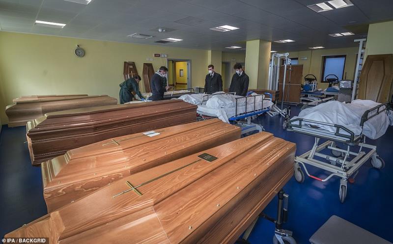 Quan tài của những bệnh nhân xấu số được xếp kín ở bệnh viện.