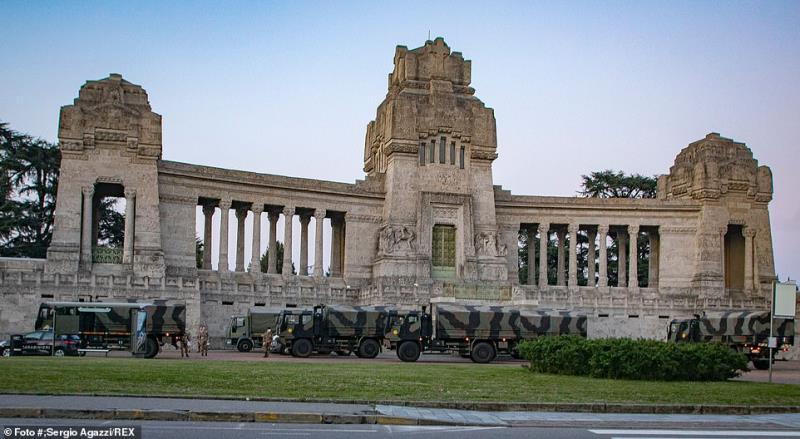 Khoảnh khắc buồn nhất lịch sử Ý: Xe quân dụng chở quan tài xếp hàng chờ hỏa thiêu vì nhà xác quá tải 6