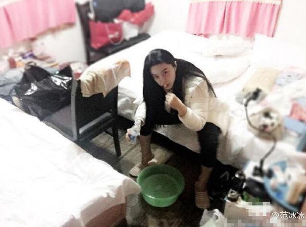 Trước đó, trong một lầnlivestream với fan, nơi ăn chốn ở của mỹ nhân họ Phạm đã được tiết lộ. Công chúng chỉ biết 'ố á' vìtoilet của côvương vãi giấy vệ sinh vứt trên sàn, cònphòng ngủ cũng bừa bãi, lộn xộn không kém.