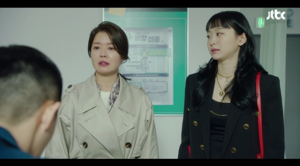 Ro Yi nghe mẹ Yi Seo 'giáo huấn'.