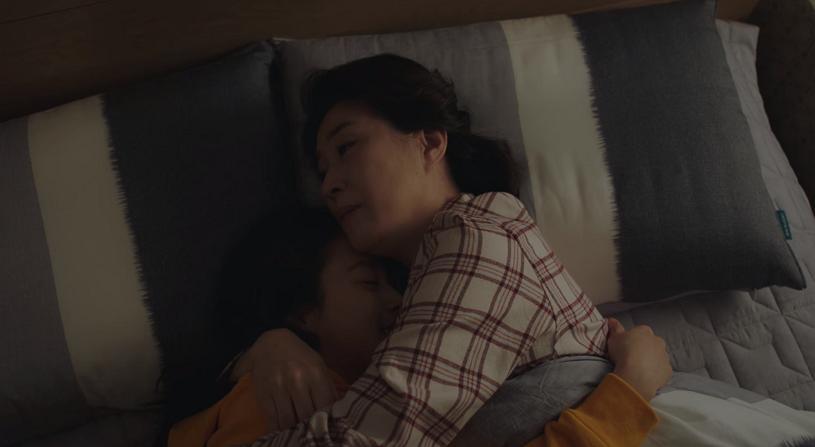 Yoo Ri nằm trong tay mẹ