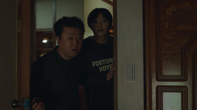 Bố và em gái thường xuyên gõ cửa để xác nhận Yoo Ri còn sống