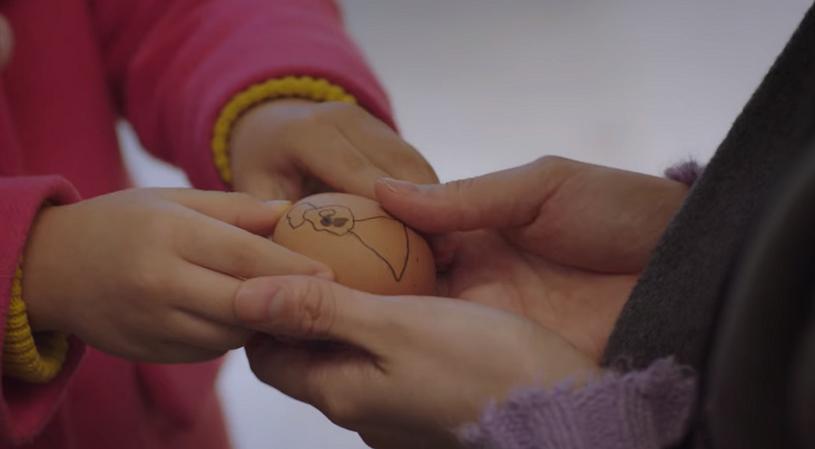 Bé Seo Woo còn tặng Yoo Ri quả trứng do bé tự tô