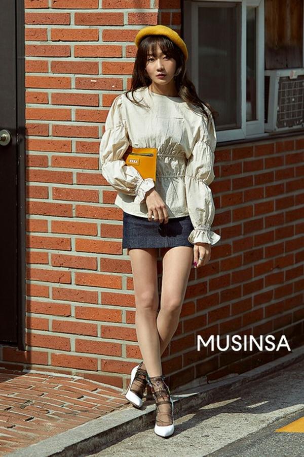 Chỉ đơn thuần diện áo blouse với chân váy ngắn nhưng vẻ ngoài của cô bạn này trông vẫn cực kỳ hay ho. Tất cả là nhờ vào những điểm nhấn nhỏ nhưng thú vị như chiếc túi xách cầm tay hãy mũ nồi được phủ sắc vàng bắt mắt.