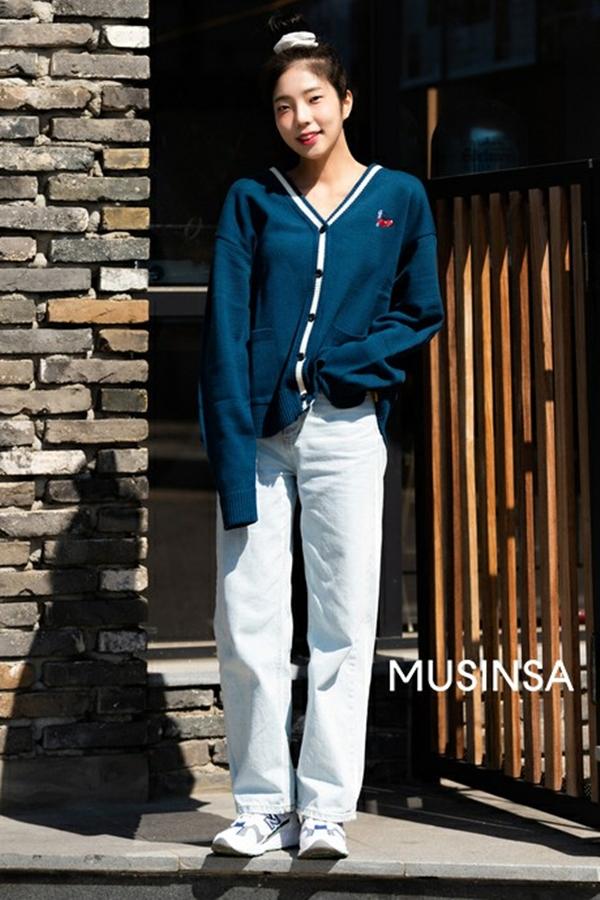 Kiểu áocardigan mỏng dáng ngắn chính là một trong những hot trend của mùa xuân 2020, và cách mặc chuẩn nhất cũng chính là phối cùng quần jeans và sneaker như cô bạn này.