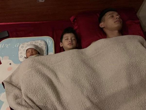 Hình ảnh 3 bố con.
