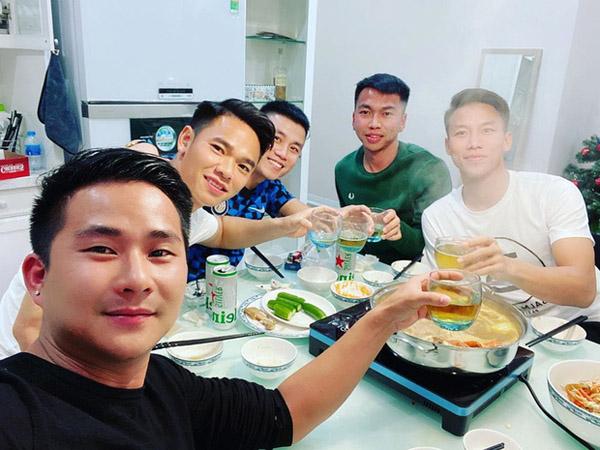 Hưng Harry khoe ảnh ăn tối cùng bạn bè tại nhà, trên chiếc bàn ăn màu trắng quen thuộc cùng bộ bát đĩa hoa văn trống đồng.