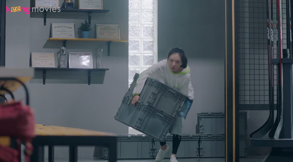 Bị bắt khiêng nhiều thùng đồ nặng