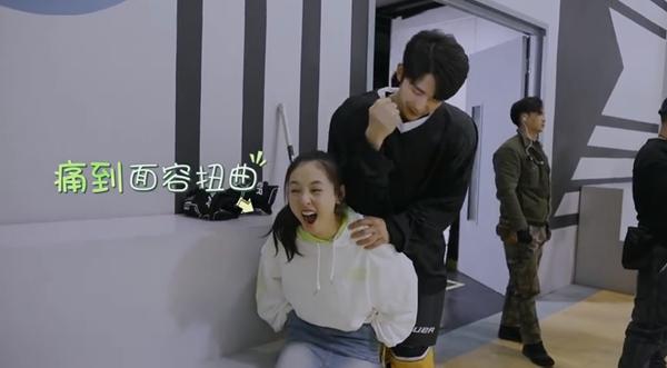 'Lê hấp đường phèn': Trong phim thì đàn áp Ngô Thiến, ở hậu trường Trương Tân Thành lại phải làm 'con sen' cho cô nàng 10