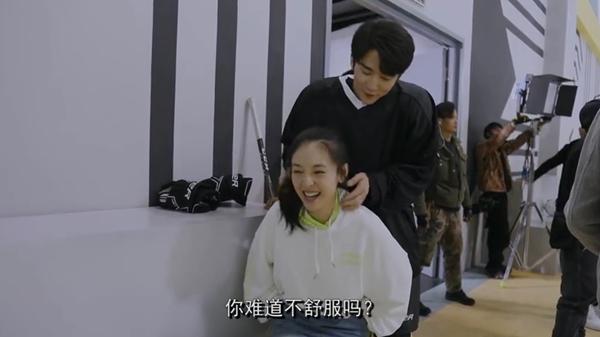 Loạt biểu cảm đáng yêu của Ngô Thiến khi được Trương Tân Thành tận tình xoa bóp