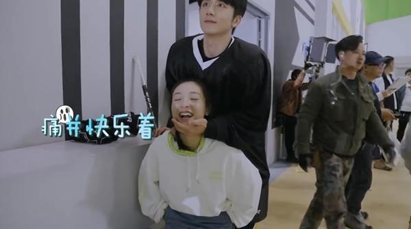 'Lê hấp đường phèn': Trong phim thì đàn áp Ngô Thiến, ở hậu trường Trương Tân Thành lại phải làm 'con sen' cho cô nàng 13
