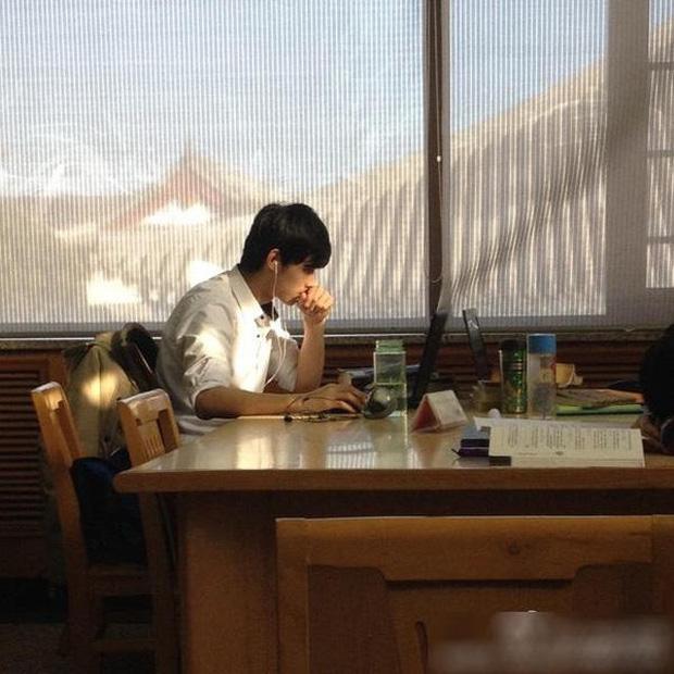 Chàng hot boy nổi tiếng nhờ bức ảnh học trong thư viện.
