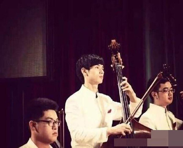 Góc nghiêng 'thần thánh' khi chơi đàn.