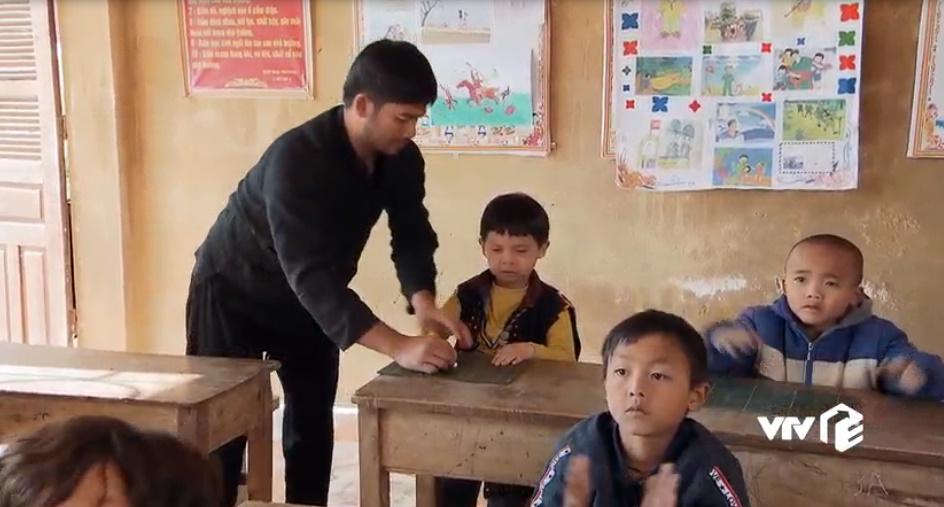 Khzếnh khóc không muốn đến lớp nên bố phải ngồi luôn tại lớp để trông chừng và nhìn con học