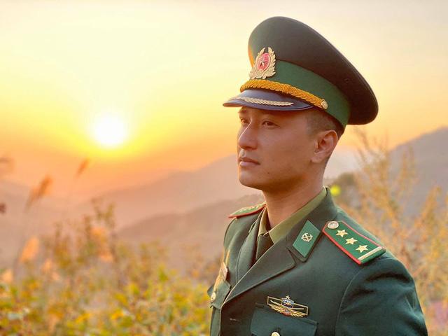 Xuất hiện trong hình ảnh anh bộ đội biên phòng, Huỳnh Anh trở nên bảnh bao và chững chạc hơn hẳn