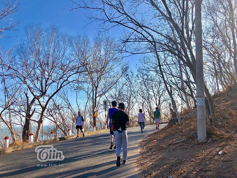 Người dân thành phố Vũng Tàu đi leo núi để nâng cao sức khỏe trong thời điểm dịch Covid-19 bùng phát 0