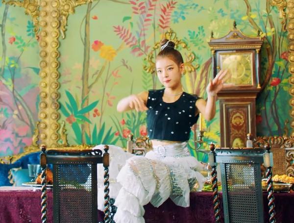 Quần của Lia trong MV đẹp, nhưng khi lên sân khấu lại trông rườm rà khi nhảy.