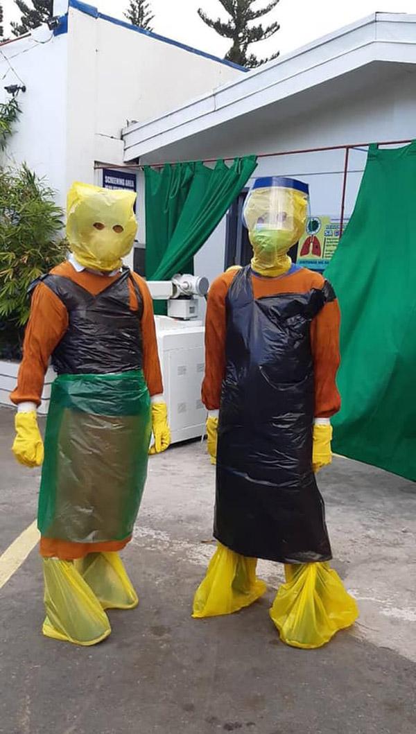 Nhân viên y tế phải tự chế trang phục bảo hộ cá nhân từ túi nilon, túi đựng rác.