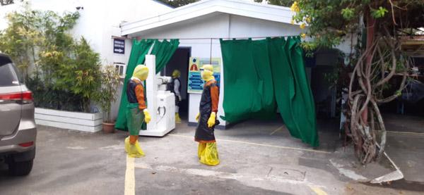 Thiếu thiết bị vật tư y tế, đội ngũ y bác sĩ phải tự chế đồ bảo hộ... từ túi đựng rác 2