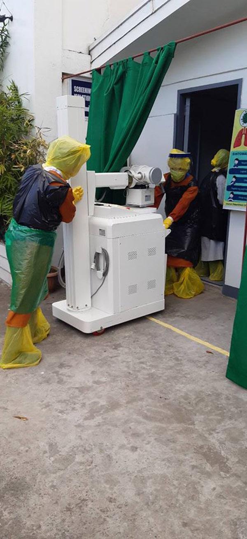 Thiếu thiết bị vật tư y tế, đội ngũ y bác sĩ phải tự chế đồ bảo hộ... từ túi đựng rác 3