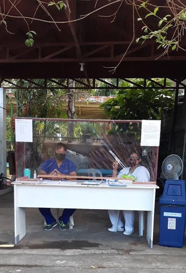 Những người làm việc ngoài trờicũng tận dụng giấy bóng kính và khung gỗ tự làm để tránh lây nhiễm bệnh.