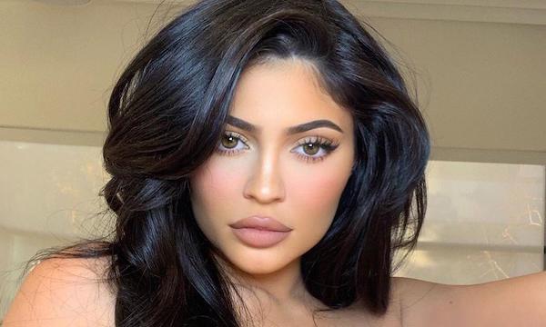 Kylie Jenner bị chỉ trích vì dùng đũa Louis Vuitton hơn 10 triệu đồng khi nhiều người khó khăn giữa đại dịch 0
