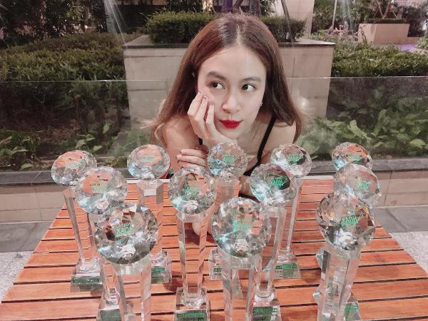 Có lẽ Hoàng Thùy Linh sẽ phải đau đầu khi tìm chỗ trưng hết những chiếc cup mà cô đã giành được trong năm qua.