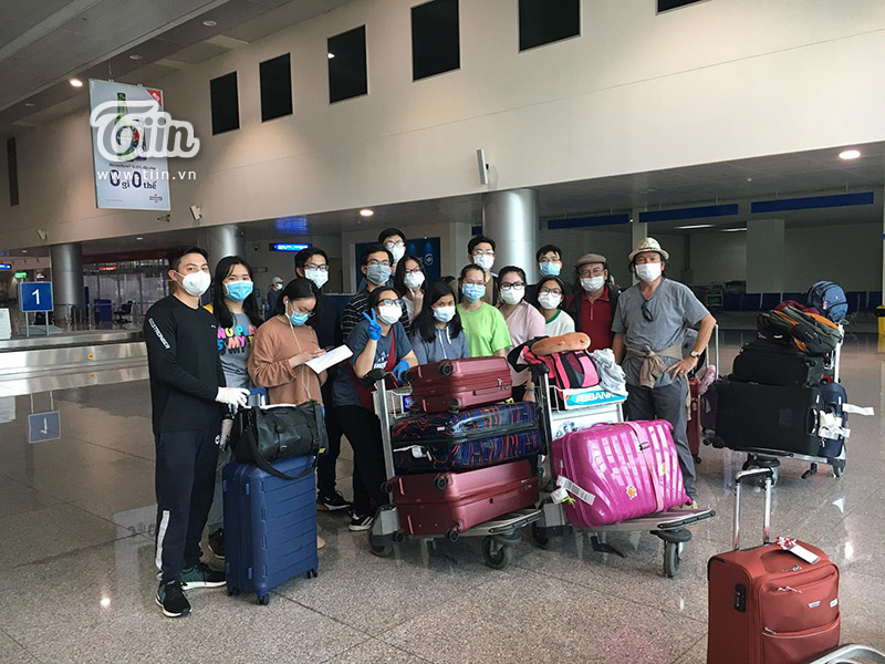 Xúc động khi về đến quê hương an toàn
