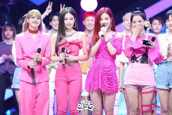 Theo nhiều netizen, đây là outfit hơi lạc quẻ nhất của 4 cô gái nhà 'Hắc Hường'.