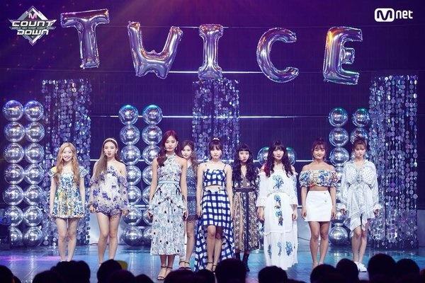 11 outfit 'khó hiểu' của các nhóm nhạc Kpop gần đây, BlackPink và BTS bất ngờ đứng top đầu 12