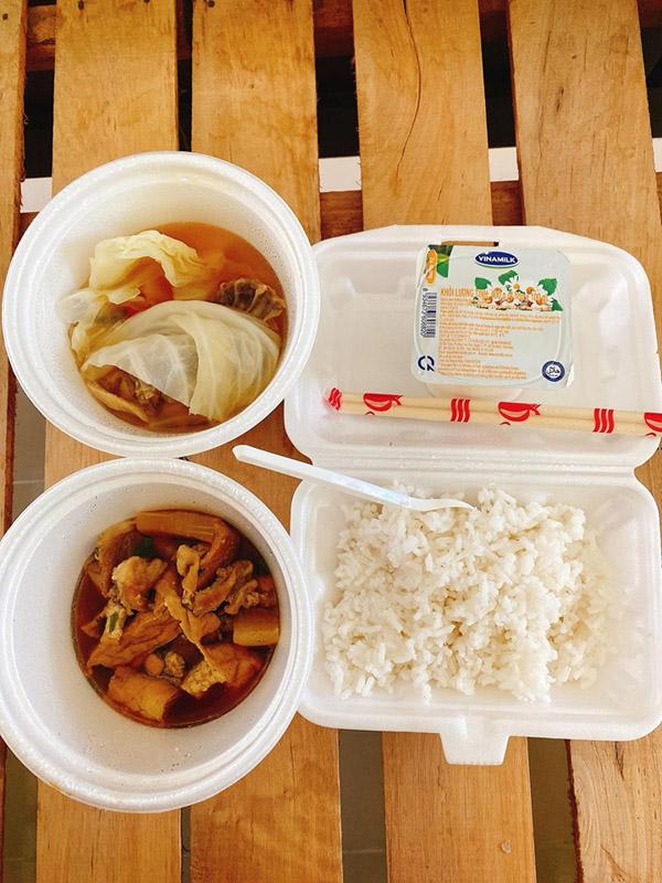Những bữa cơm đảm bảo dinh dưỡng mà cô nàng được phục vụở khu cách ly
