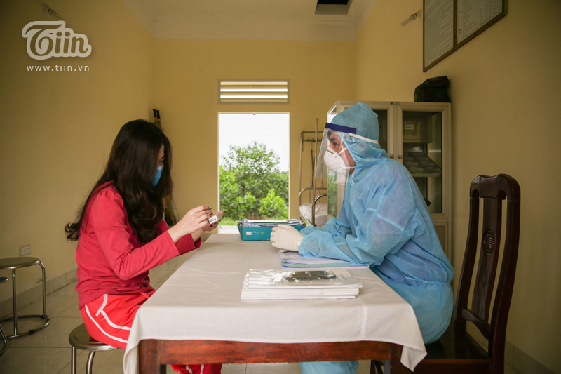 Ngoài ra, những trường hợp có dấu hiệu sốt, ho, ốm đau,… sẽ chuyển từng người sang khu phòng khám để kiểm tra và cấp thuốc.