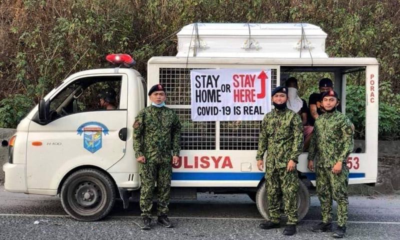 Cảnh sát Philippines mang quan tài xuống phố, cảnh báo người dân: 'Ở trong nhà hoặc trong đây'.