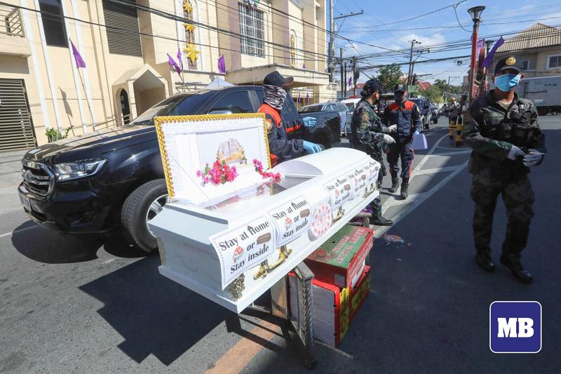 Người dân vẫn ra đường bất chấp lệnh phong tỏa, cảnh sát Philippines mang quan tài diễu hành cảnh báo: 'Ở nhà hoặc ở đây' 2