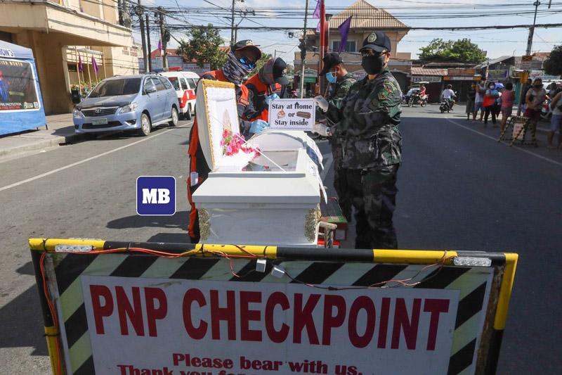 Người dân vẫn ra đường bất chấp lệnh phong tỏa, cảnh sát Philippines mang quan tài diễu hành cảnh báo: 'Ở nhà hoặc ở đây' 1