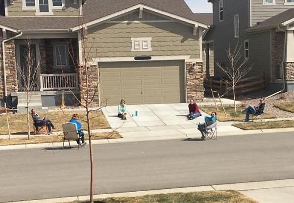 Giao lưu, trò chuyện với hàng xóm cũng tuân thủ cách xa vài mét.