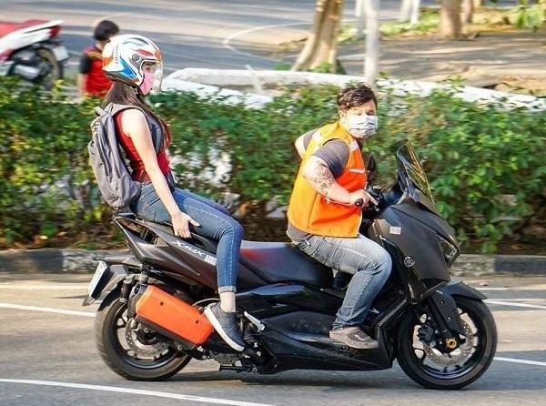 Đi xe ôm cũng phải đảm bảo khoảng cách an toàn
