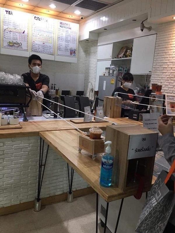 Nhân viên giao cafe cho khách