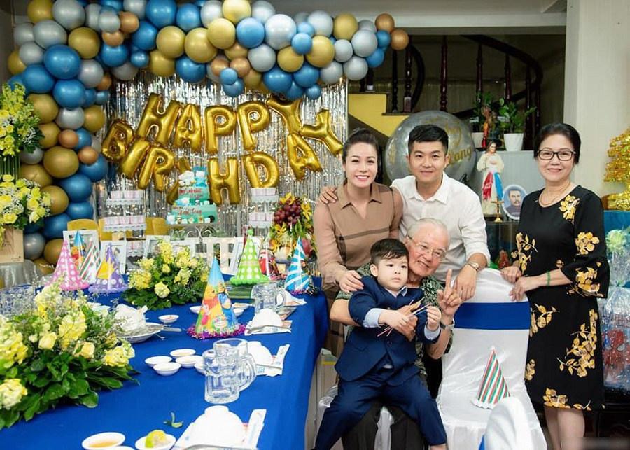 Nhật Kim Anh vui vẻ bên chồng cũ trong sinh nhật con trai - chỉ hai tháng trước khi họ tiếp tục đăng đàn đấu tố nhau.