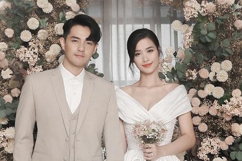 Tháng 10/2019, Đông Nhi - Ông Cao Thắng về chung một nhà sau 10 năm yêu thương nhau. Kể từ khi kết hôn, người hâm mộ luôn mong chờ cặp đôi sẽ báo tin vui đến với họ trong năm 2020.