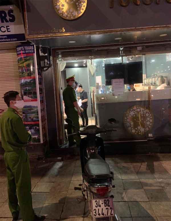 Lực lượng công an Hà Nội đã rà soát yêu cầu đóng cửa nhiều cơ sở kinh doanh không cần thiết ngay từ đêm 25/3.